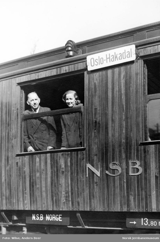 """Personvogn med destinasjonsskilt """"Oslo-Hakadal"""""""