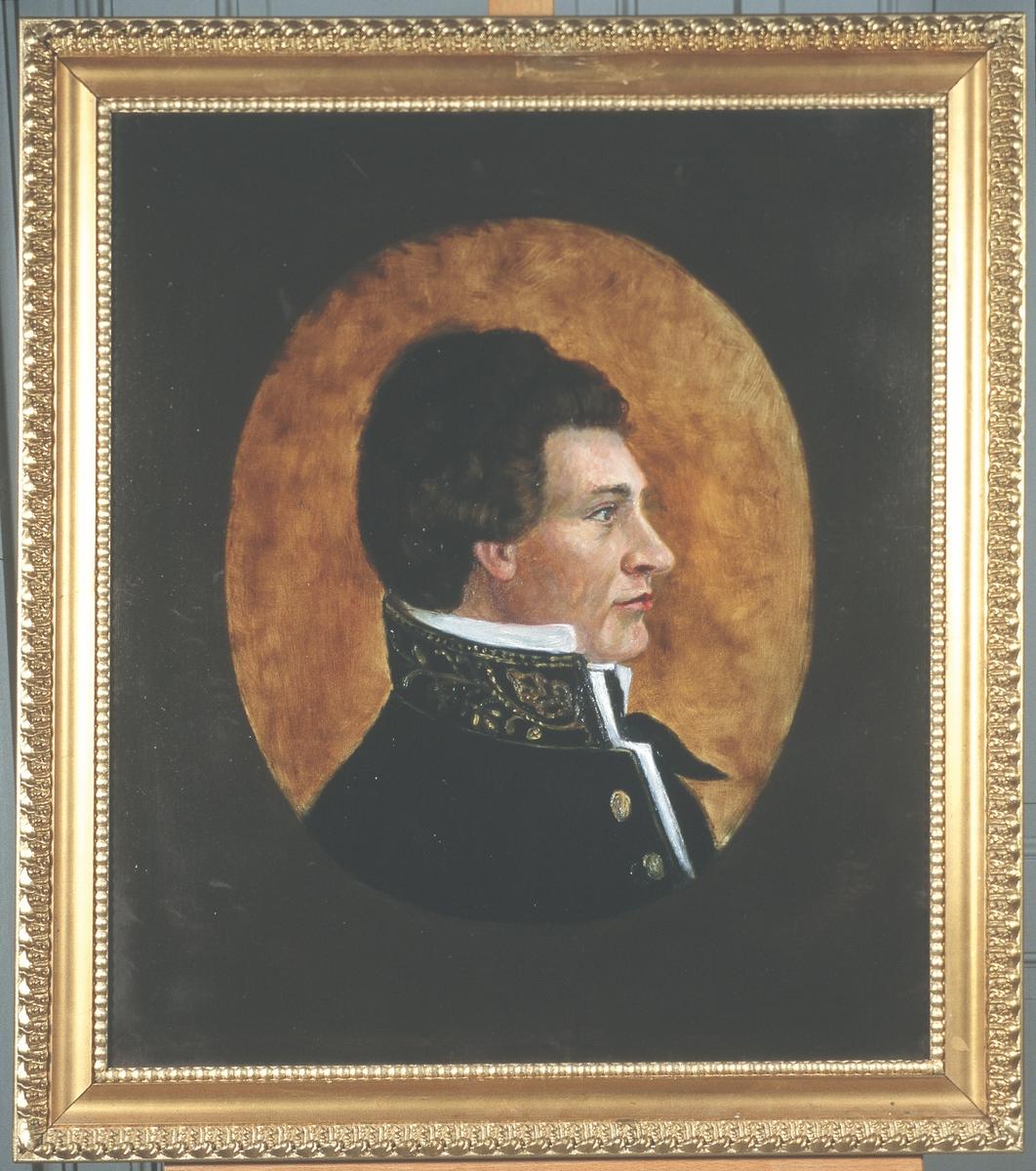 Portrett av eidsvollsmann Christian Adolph Diriks Mann med mørkt, fyldig hår, profil.  Uniform med høy, dekorert krage, hvit høy snipp og mørkt halsbind,  2 knapper.  Innskrevet i oval med gyllen farge, ellers mørk bakgrunn.