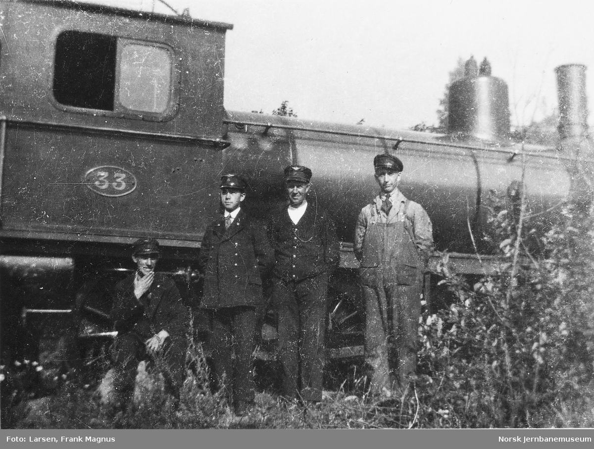 Telegrafist Frank M. Larsen med flere foran Hovedbanens damplokomotiv nr. 33, trolig på Alnabru stasjon