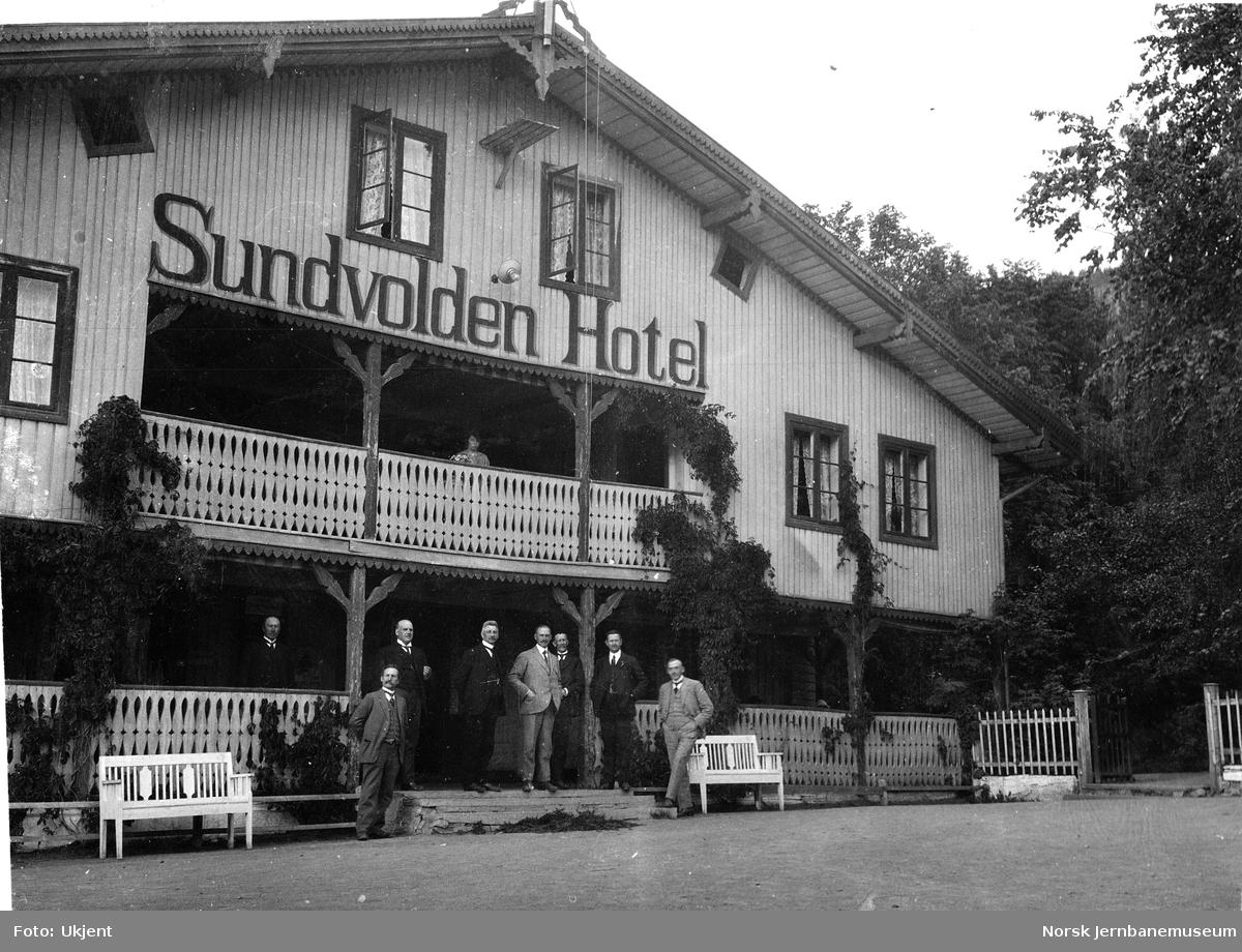 Jernbanebefaring i Valdres : noen av deltakerne fremfor Sundvolden Hotel