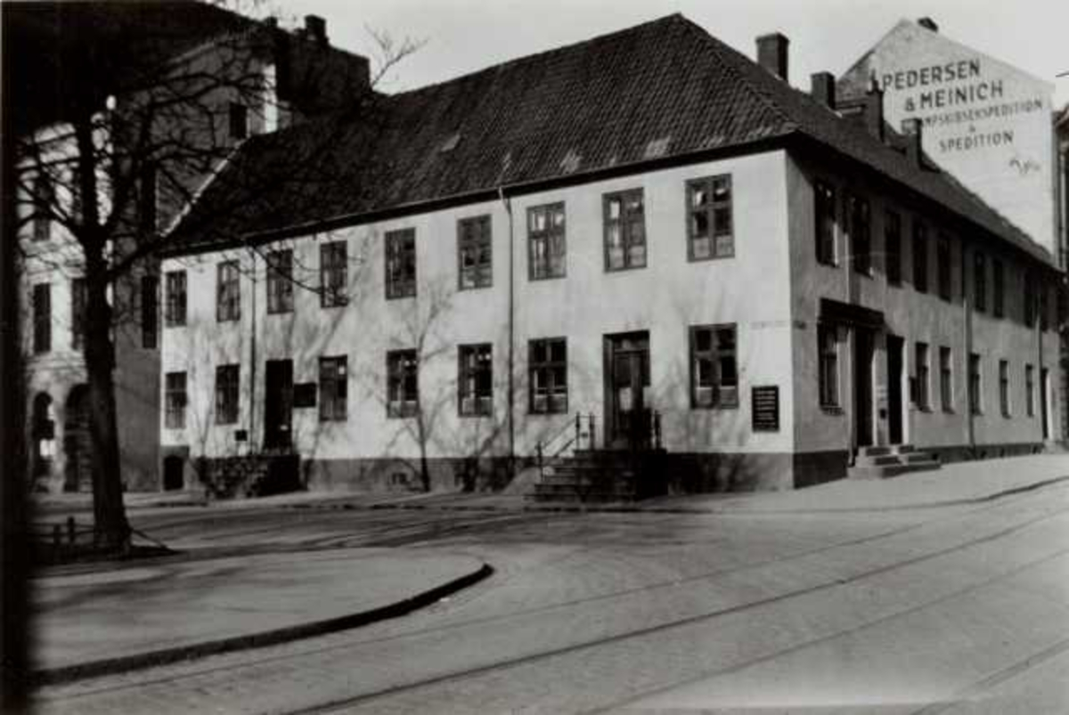 Thomsegården, Tollbugata, Oslo. Hvit mur hjørnegård, sett fra gata.