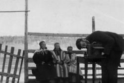 Språkforsker Konrad Nielsen (1875-1953) ved fotoapparatet, t