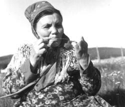 Kirsten Ravna Gaup lager senetråd. Karasjok 1961.