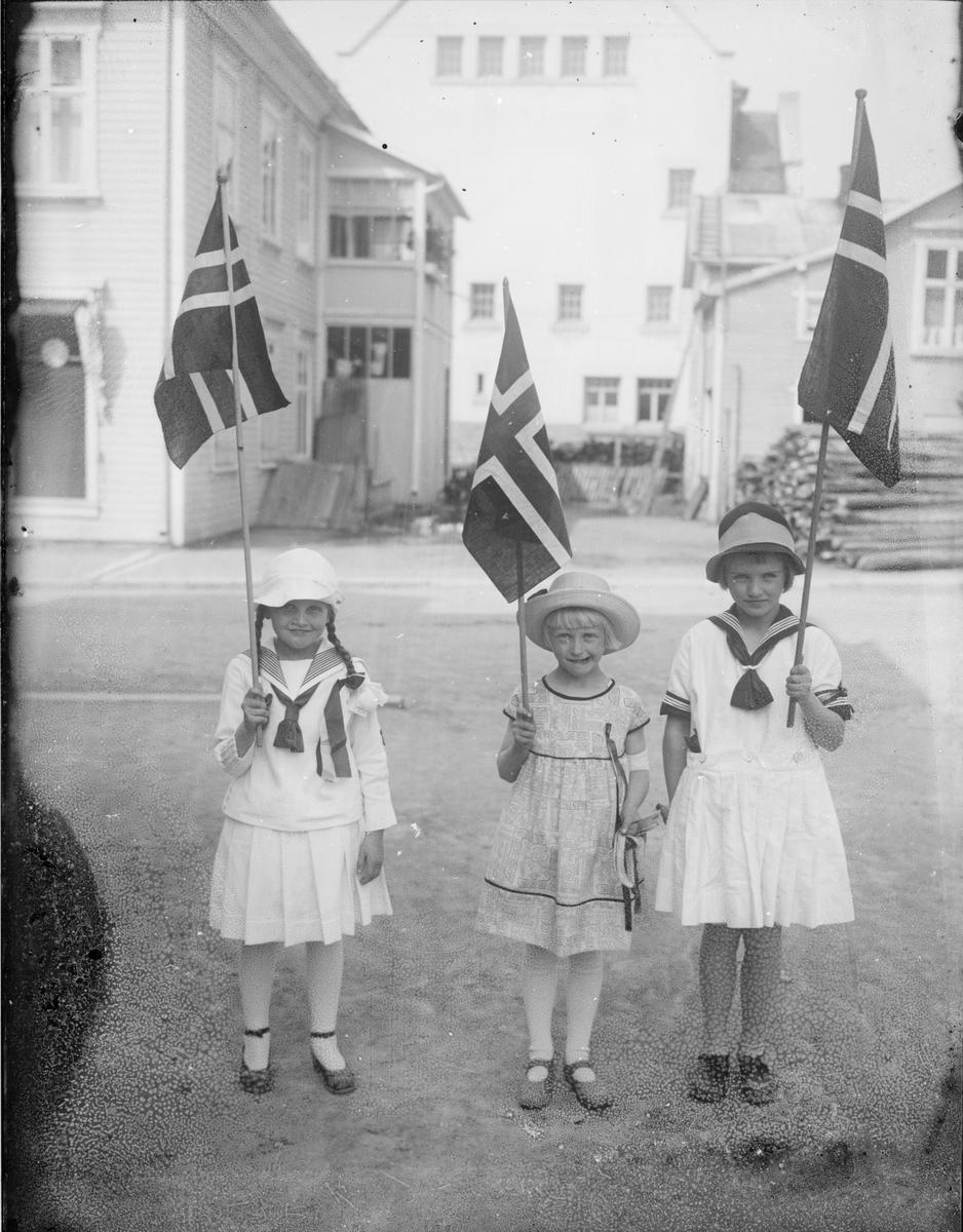 Barn med flagg. 17. mai.