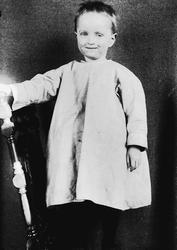 Portrett av gutt på stol, Digerud, Frogn, Akershus, 1907. Fo