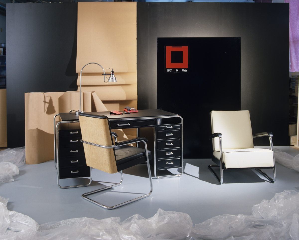 """Hjemmekontoret kalt """"Det postmoderne kontoret"""", skrivebordet er elegant med understell i sortbeiset  ask med gjennomgående skuffer. Illustrasjonsbilde fra Nye Bonytt 1988."""