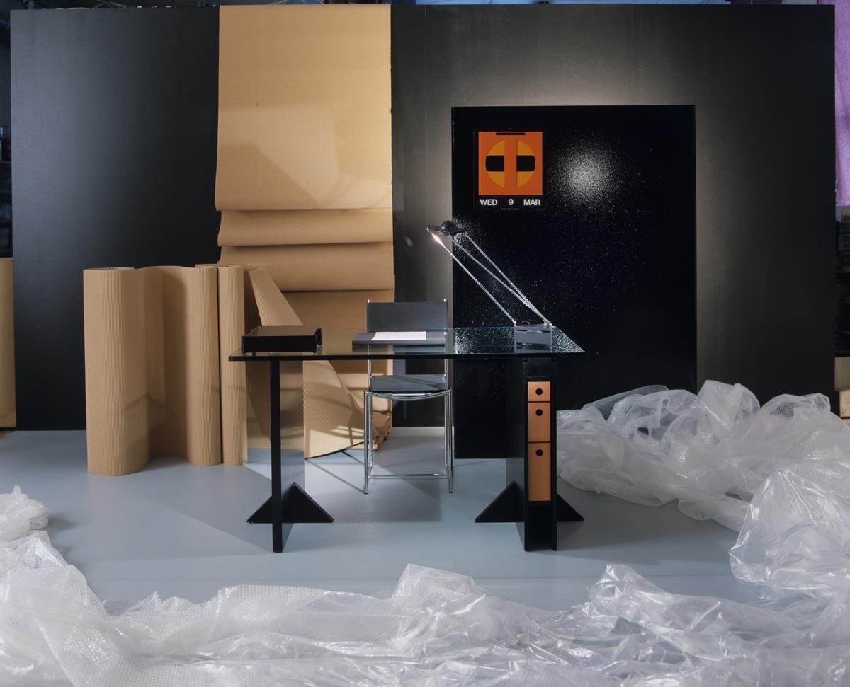"""Hjemmekontoret kalt """"Art-Deco-kontoret"""", det finske skrivebordet i sortlakkert eik, båret oppe av en forkrommet stålramme. Illustrasjonsbilde fra Nye Bonytt 1988."""
