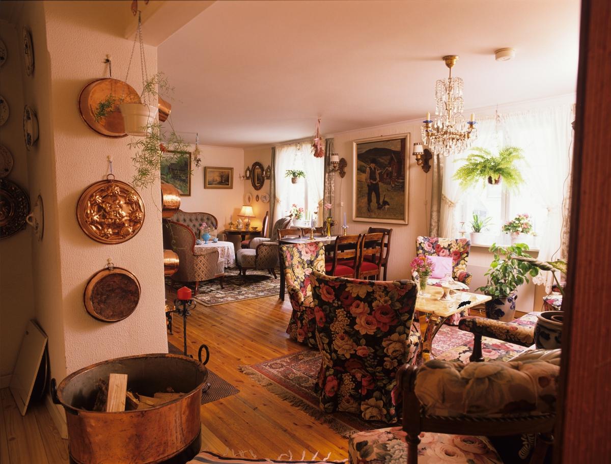 Hus fra 1800-tallet, fra entreen ser vi inn i stuen med gamle møbler og bruksting, Sølvgata i Halden. Illustrasjonsbilde fra Nye Bonytt 1989.