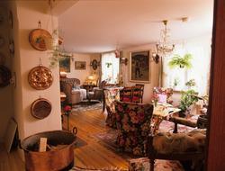 Hus fra 1800-tallet, fra entreen ser vi inn i stuen med gaml
