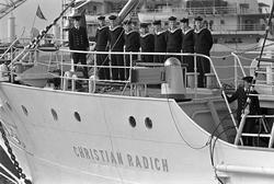 """Serie. Mannskap ombord på skoleskipet """"Christian Radich"""". Fo"""