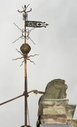 Vindviser og steinskulptur på taket av Collett-Cappelengårde