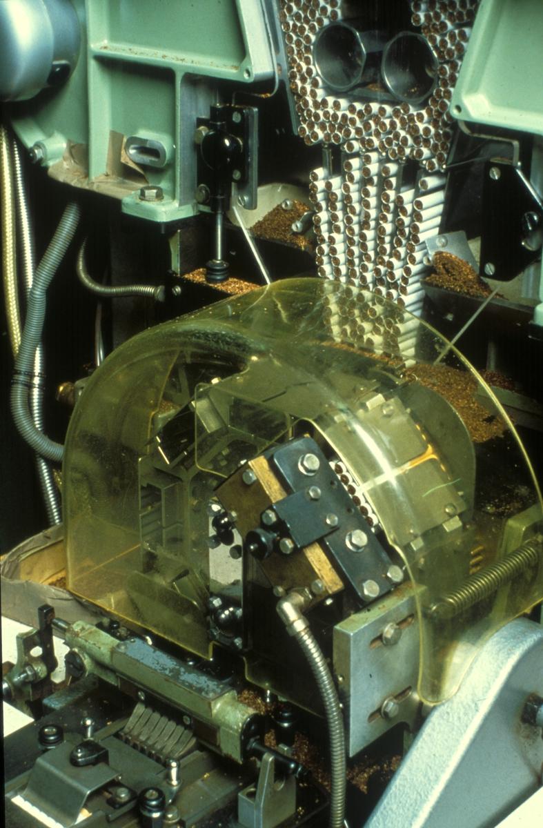 Fabrikkinteriør. Sigarettpakkemaskin. Produksjon av tobakk hos Tiedemanns Tobaksfabrik.