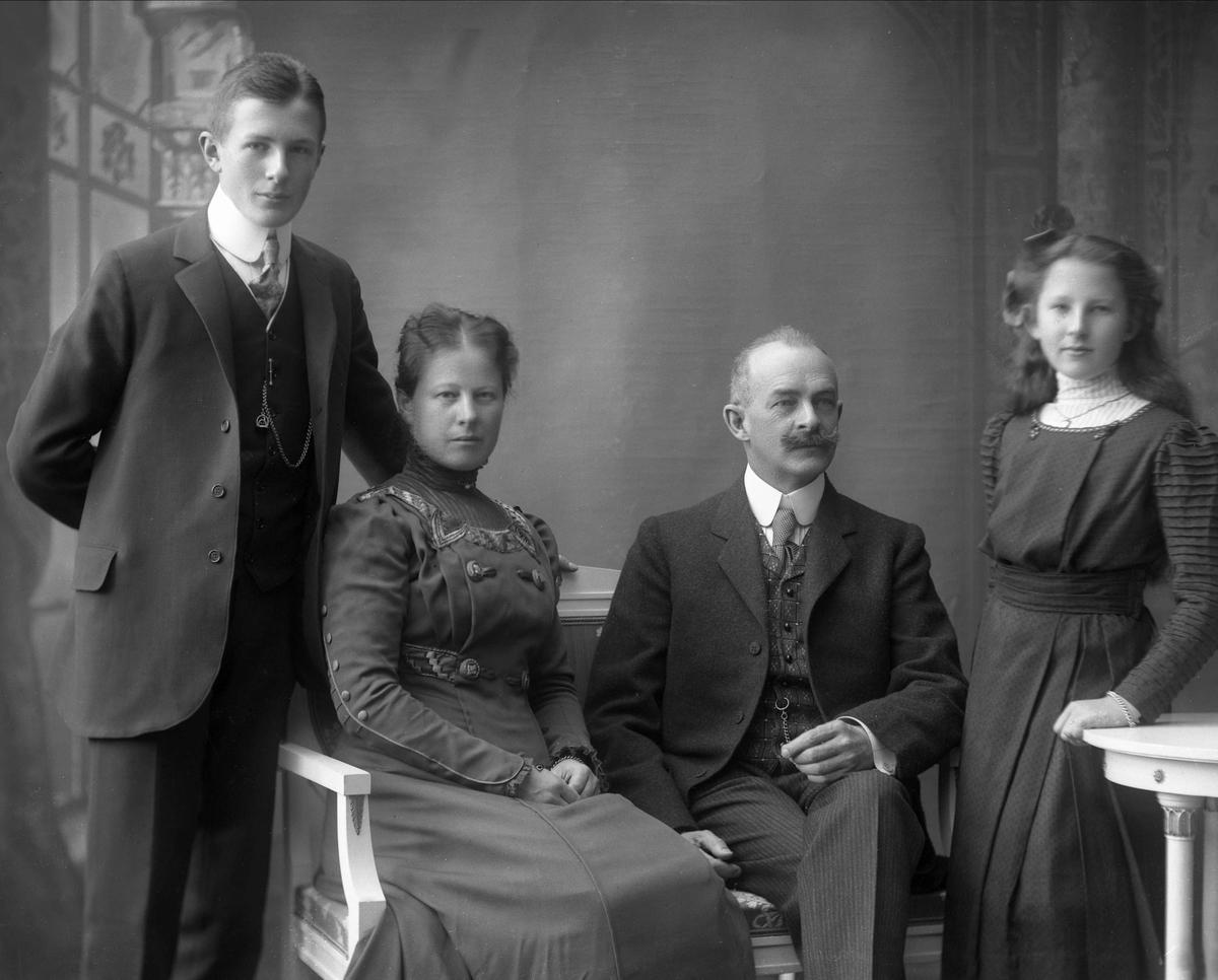 Conrad Möller Falsen, Christine Marthea Holmsen, gift Falsen, Hagbart Falsen og Erna Johanne Falsen, senere gift Groth. Familiegruppe portrett.