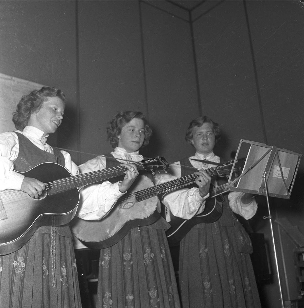 Tre kvinner opptrer med gitarer. Oslo mai 1952. Bygdelag, Romsdalslaget.