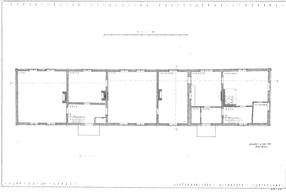 """HOVEDBYGNING FRA STIKLESTAD VESTRE I VERDAL, CA. 1800  Overført til museet 1919, gjenoppført 1926, ominnredet 2010   Bygningen er et eksempel på de lange våningshusene i Trøndelag, kalt lån. Låna fra Stiklestad Vestre var en del av et firkanttun med bur, løe, vognskjul, stall, fjøs, smie, tørkehus og """"borgestuebygning"""" (bolighus for tjenestefolk). I 1860-årene ble låna utvidet i lengden med et tilbygg på ca. 10 meter, som inneholdt kjøkken, masstu (bryggerhus), forgang og kjøkkeninngang med egen inngangsdør. Dette tilbygget ble ikke tatt med da låna ble flyttet til museet. Gården var i bondeeie da låna ble bygd, men ble senere solgt, og var det meste av 1800-tallet eid av offisersfamilier. I 1894 kjøpte Staten gården til prestegård, og låna ble prestebolig, som den var fram til den ble flyttet til museet. Museet tilbakeførte da bygningen i tid til ca. 1800, og innredet den som et bolighus fra en trøndergård på den tiden. I 2010 ble låna ominnredet for å vise et eksempel på 1950-tallets boskikk, slik en barnefamilie i Trønde¬ag kunne ha bodd da.   (Tekst hentet fra By og bygd 43,2010)"""