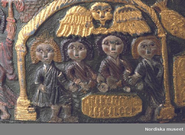 """Inventering Sesam 1997-1998: Diameter 36, H 13 cm Spånask, rund, med trycklock. Botten och lock av barrträ, svep av lövträ, med falsar. Svepen fästade med dymlingar av trä. Hopfästning av svepen med rottågor, kedjesöm, två rader. Alla ytor, även under botten, täckta med snidade figurer i relief. Antagligen olika bibliska motiv samt på lockets ovansida kungar. Grön bottenfärg på svepen och lockets ovansida, dekoren förgylld eller målad i olika färger. Bottens undersida målad i rött. Skurna dekorationer även på bottens insida, lockets insida med målade mönster i rött. Olika inskrifter i de förgyllda fälten, bl. a. """" Ano 174 IIIII  Iver Gunerson haver giort asken som """" (enligt huvudliggaren). Agnetha Blomberg 1997"""