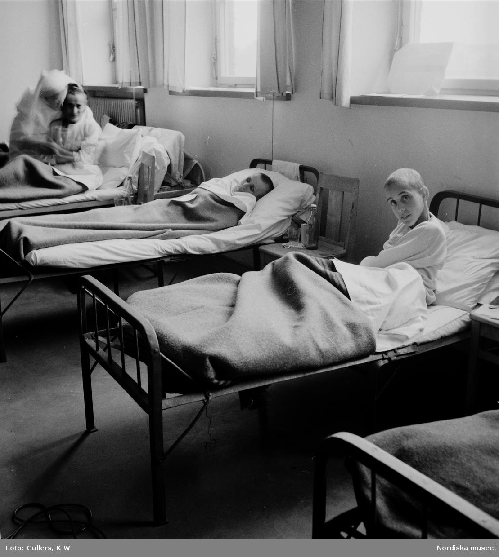 Sängliggande före detta koncentrationslägerfångar, nyss anlända till Sverige med de Vita bussarna