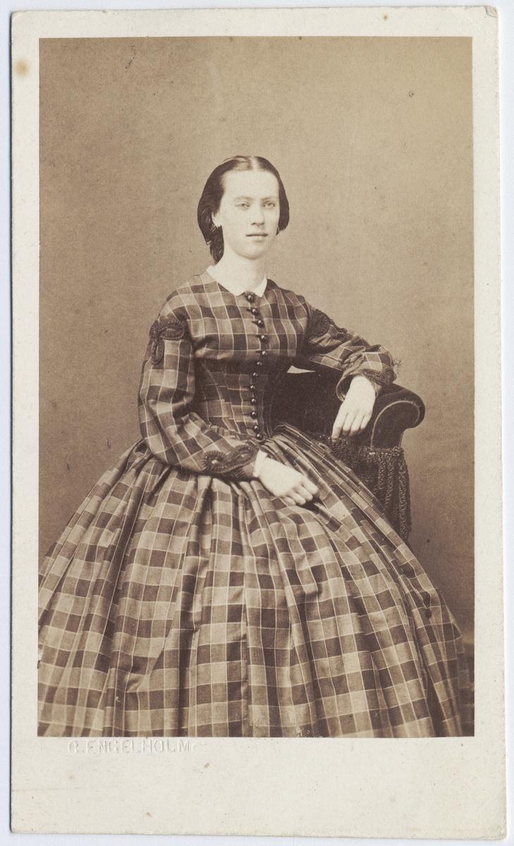 lång kvinna ansikte sittande i Uppsala