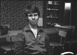 Storuman 1982. Ungdomsgård. Ungdomar på mopeder och cyklar.