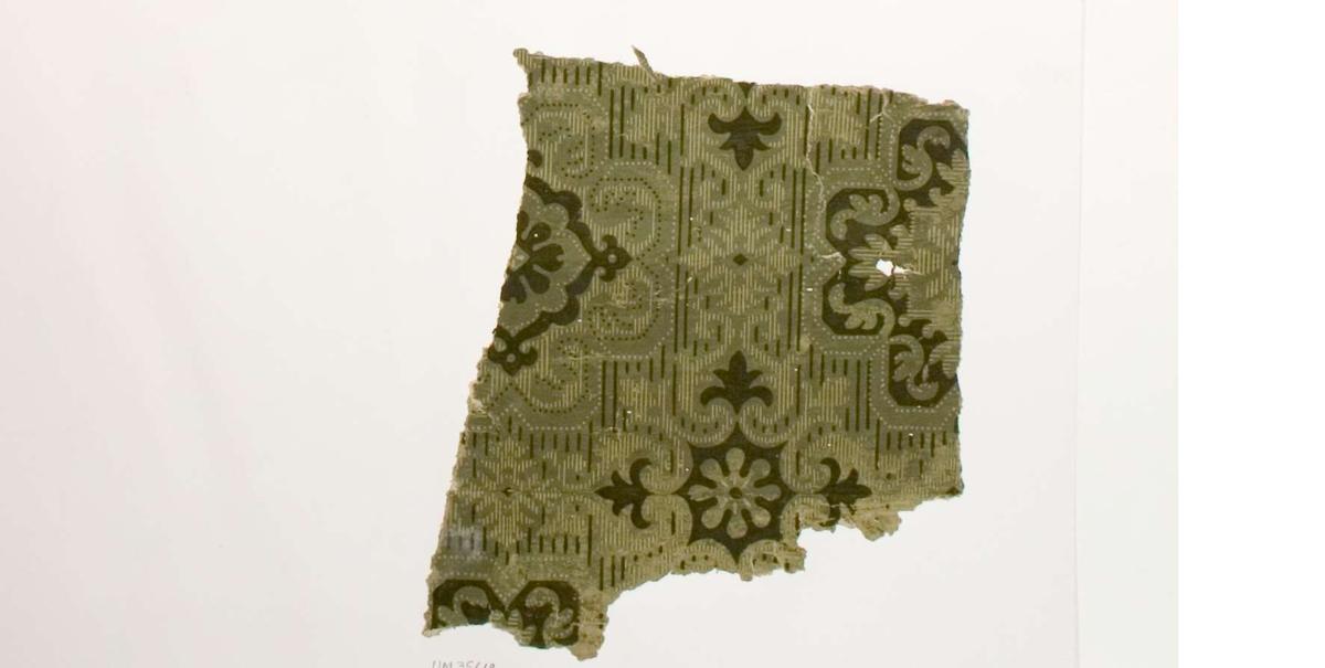 Tapetprov med tryckt mönster i olika nyanser av grönt. Text på baksidan av kartongen: Nr 45 Tegelsmora prästgård Tegelmora sn Uppland rum 2.
