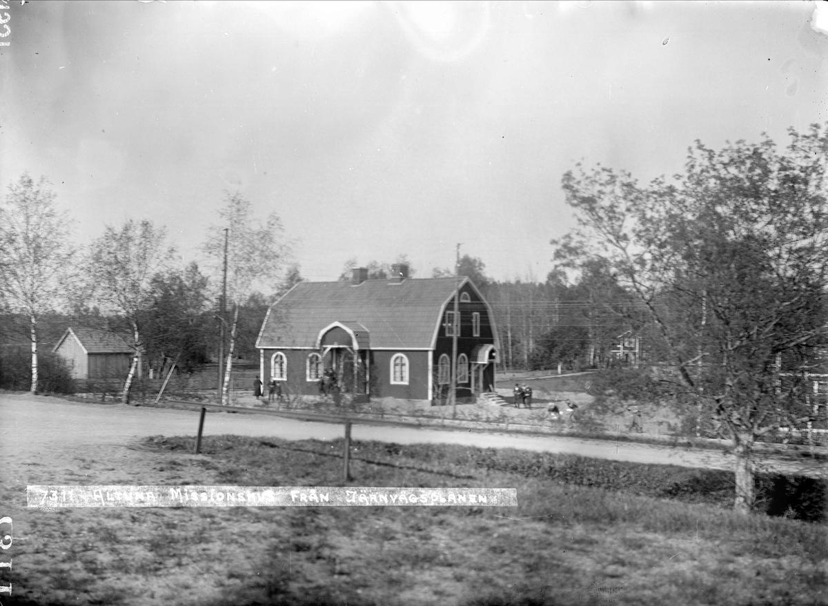 Altuna missionshus med Bussjohanssons och Salgrens hus, Altuna socken, Uppland 1931