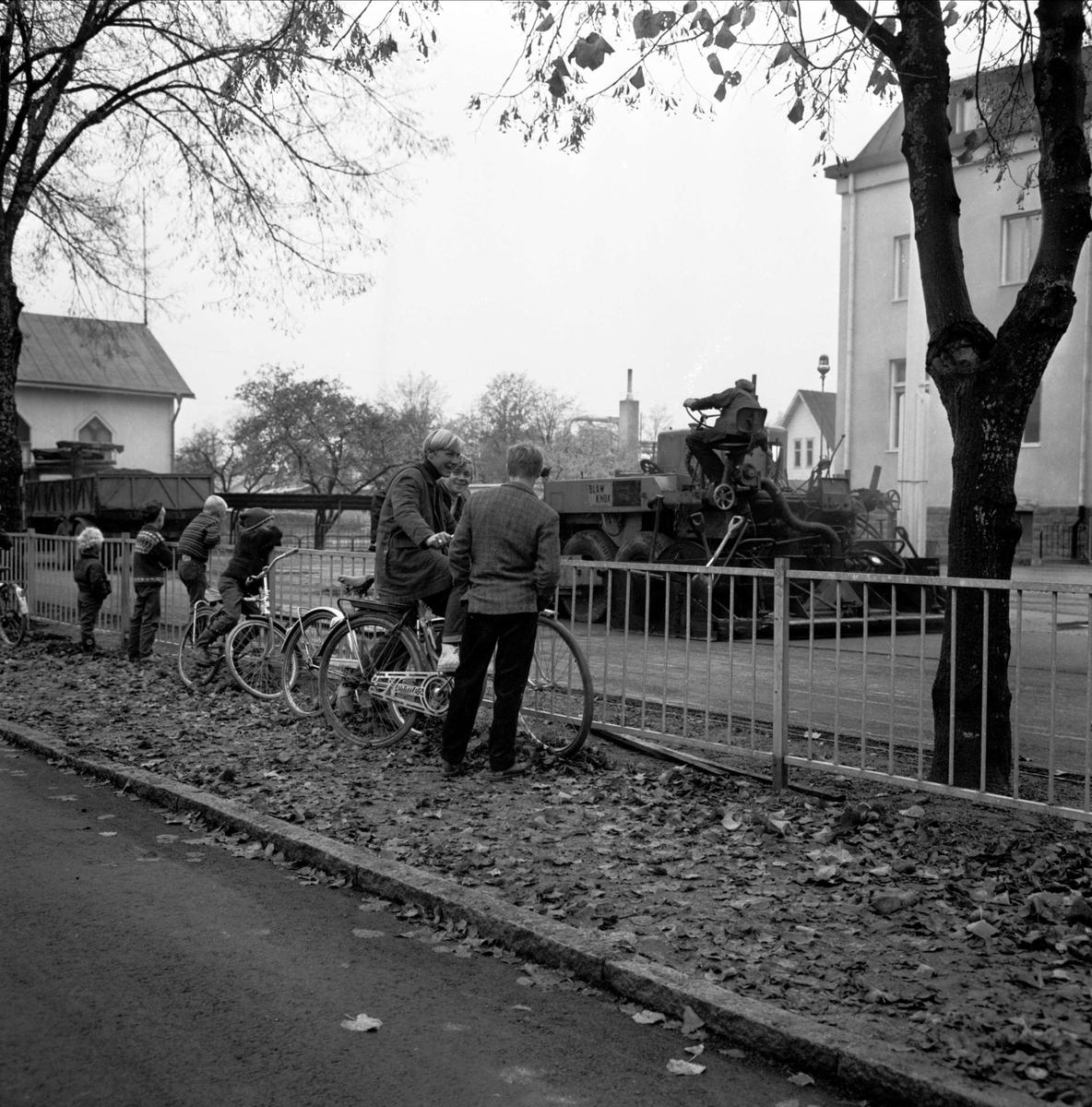 Skolgård asfalteras, Tierp, Uppland oktober 1966