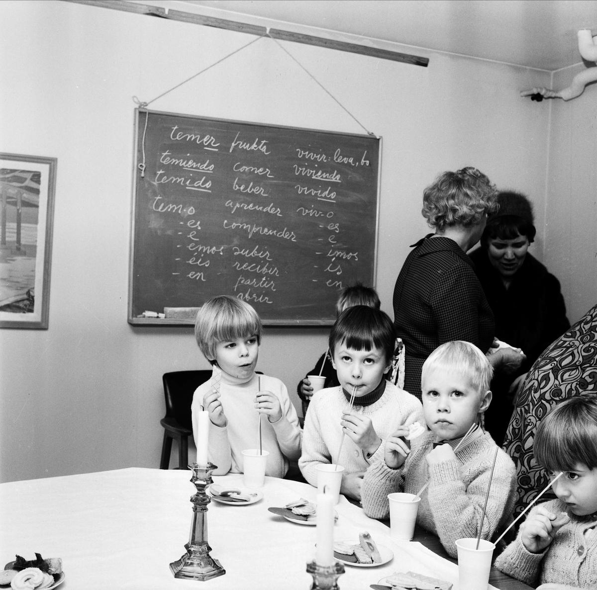 """Saftkalas på """"Bullerbyskolans final"""", Tierp, Uppland 1967"""