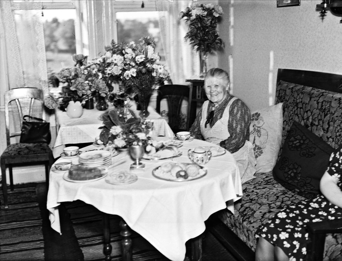 Födelsedagsporträtt - Svea Vaxén vid kaffebordet, Uppsala 1944