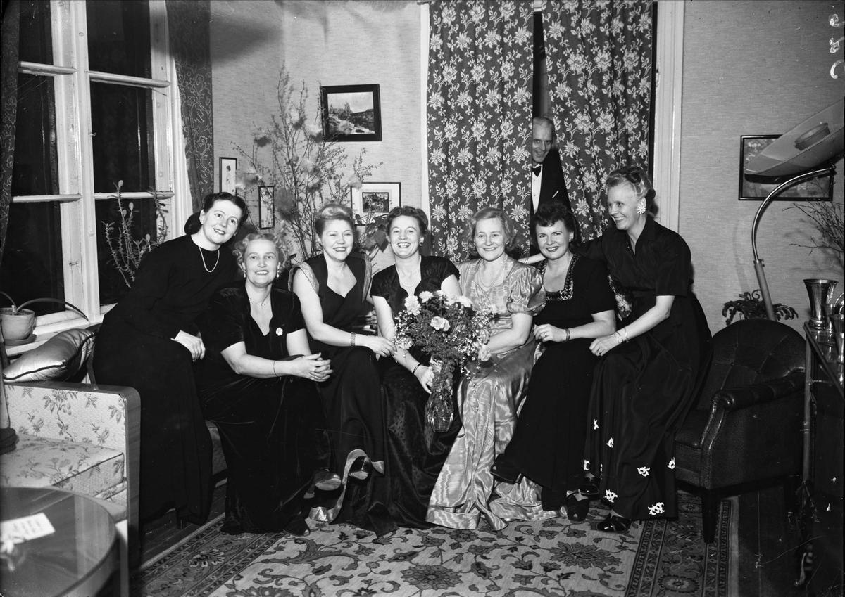 """Grupporträtt - """"syjunta"""" hos Gösta Johansson, Kungsängsgatan 13, Uppsala 1948"""