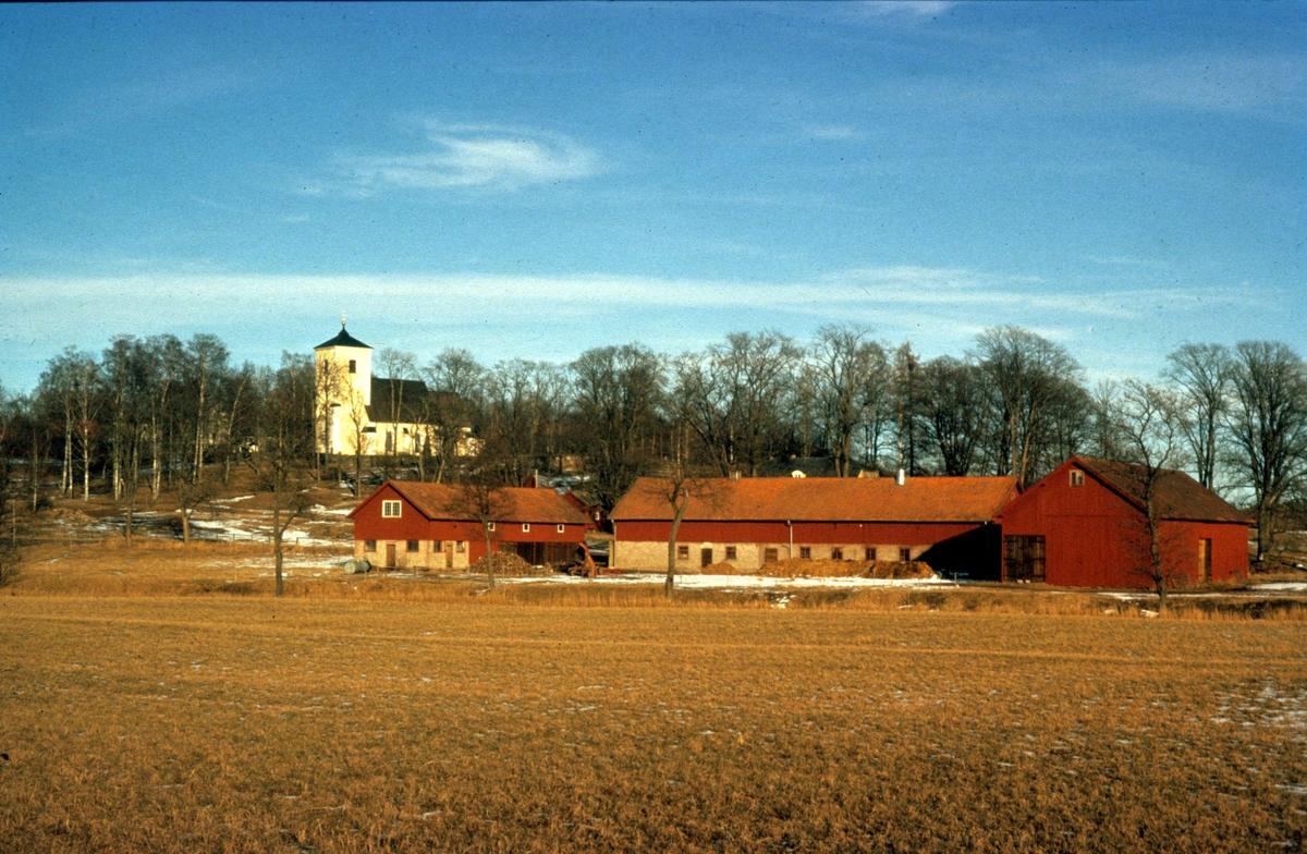Landskapsvy med Lena kyrka, Lena socken, Uppland 1975