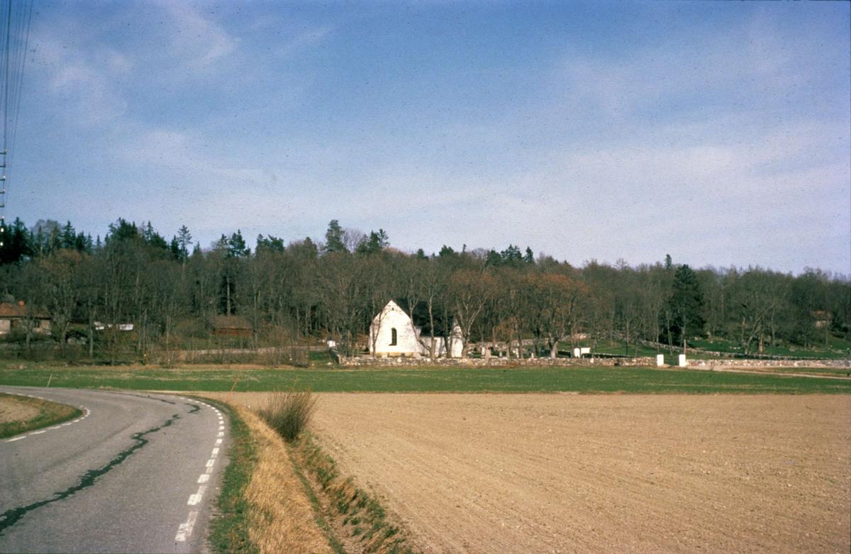 Landskapsvy med Fröslunda kyrka, Fröslunda socken, Uppland 1970