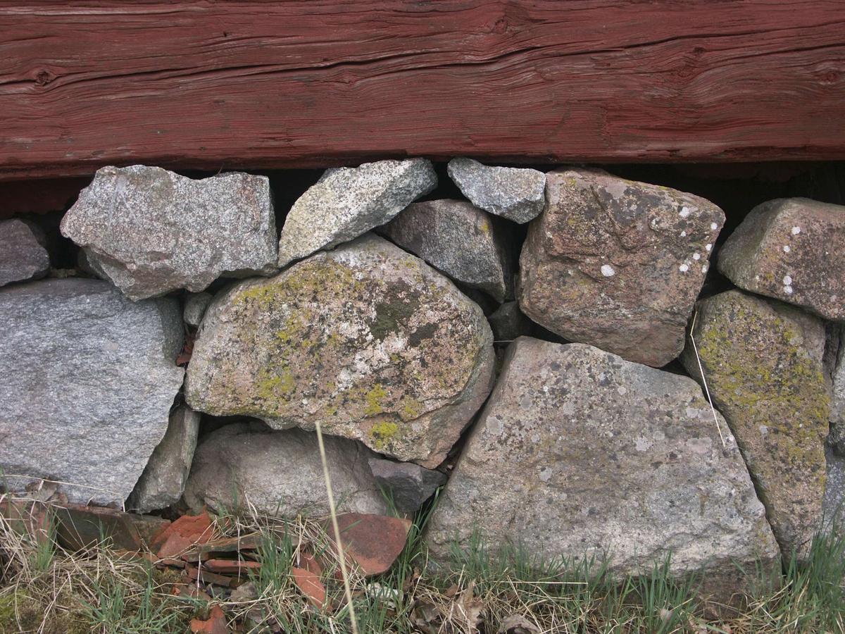 Sockel av tuktad sten - enkelbodar, Julsättra, Almunge socken, Uppland maj 2005