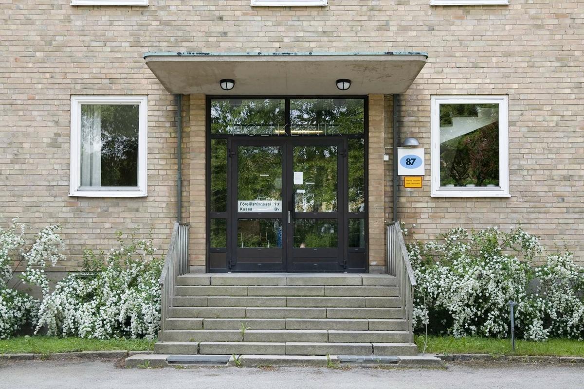 Akademiska sjukhusets psykiatriska klinik, kvarteret Sjukhuset, Uppsala 2009. Entré till f.d. poliklinik.