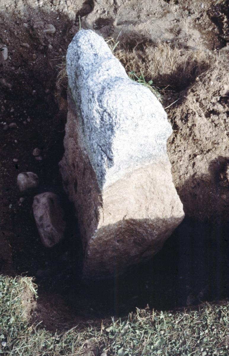 Tingshögen, toppstenen - Arkeologi Gamla Uppsala 1988