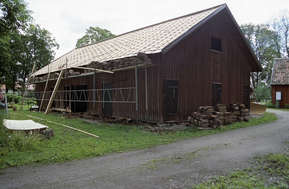 Södra boden, enkupiga lertegelpannor har lagts ut i rader på södra takfallet, Ullfors bruk, Tierps socken, Uppland 2000.