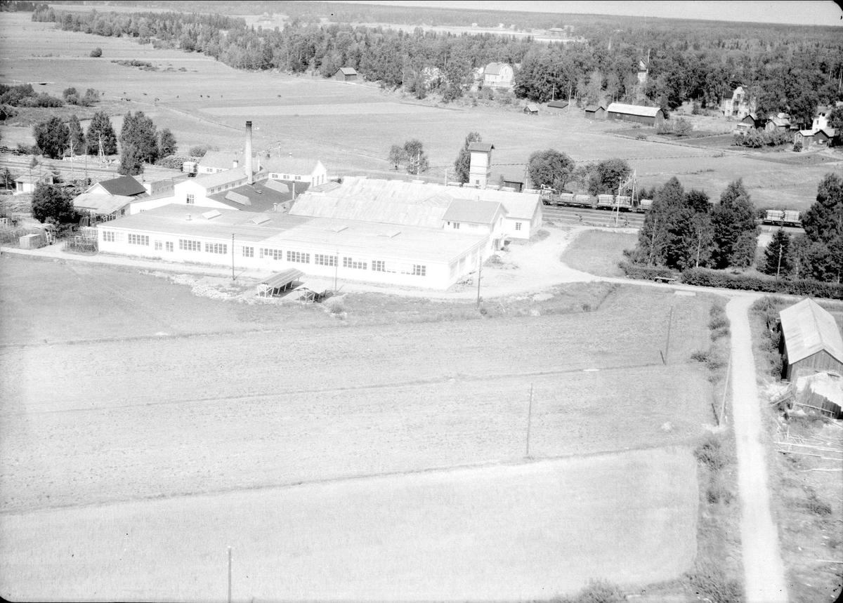 Flygfoto över Örbyhus Smides- & Sängfabrik AB, Örbyhus, Uppland 1947