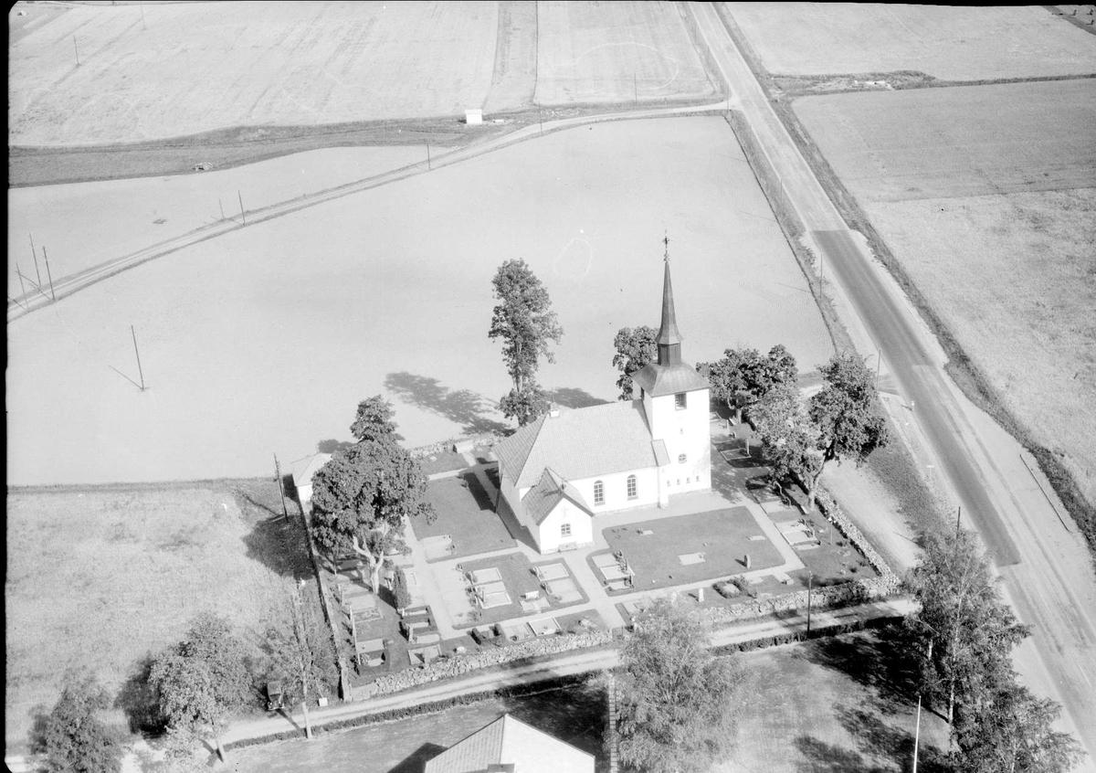 Flygfoto över Ramsta kyrka, Ramsta socken, Uppland 1958