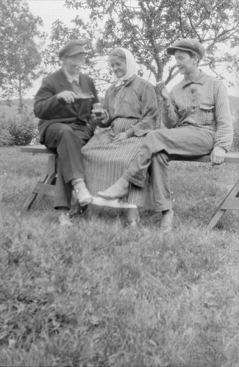 Tre kvinnor på en bänk, 1940 - 50-tal