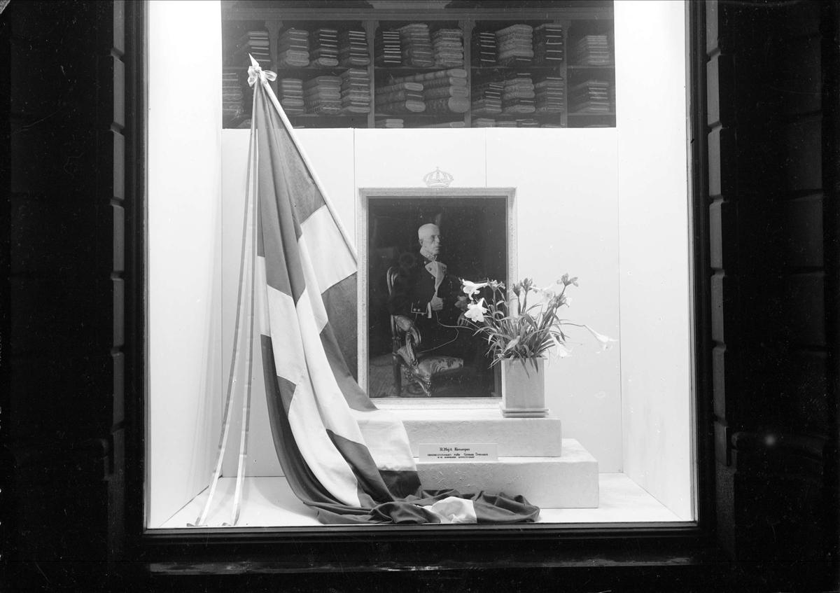 AB Strandbergs, manufakturaffär i Uppsala. Skyltfönster med fotografi av kung Gustav V