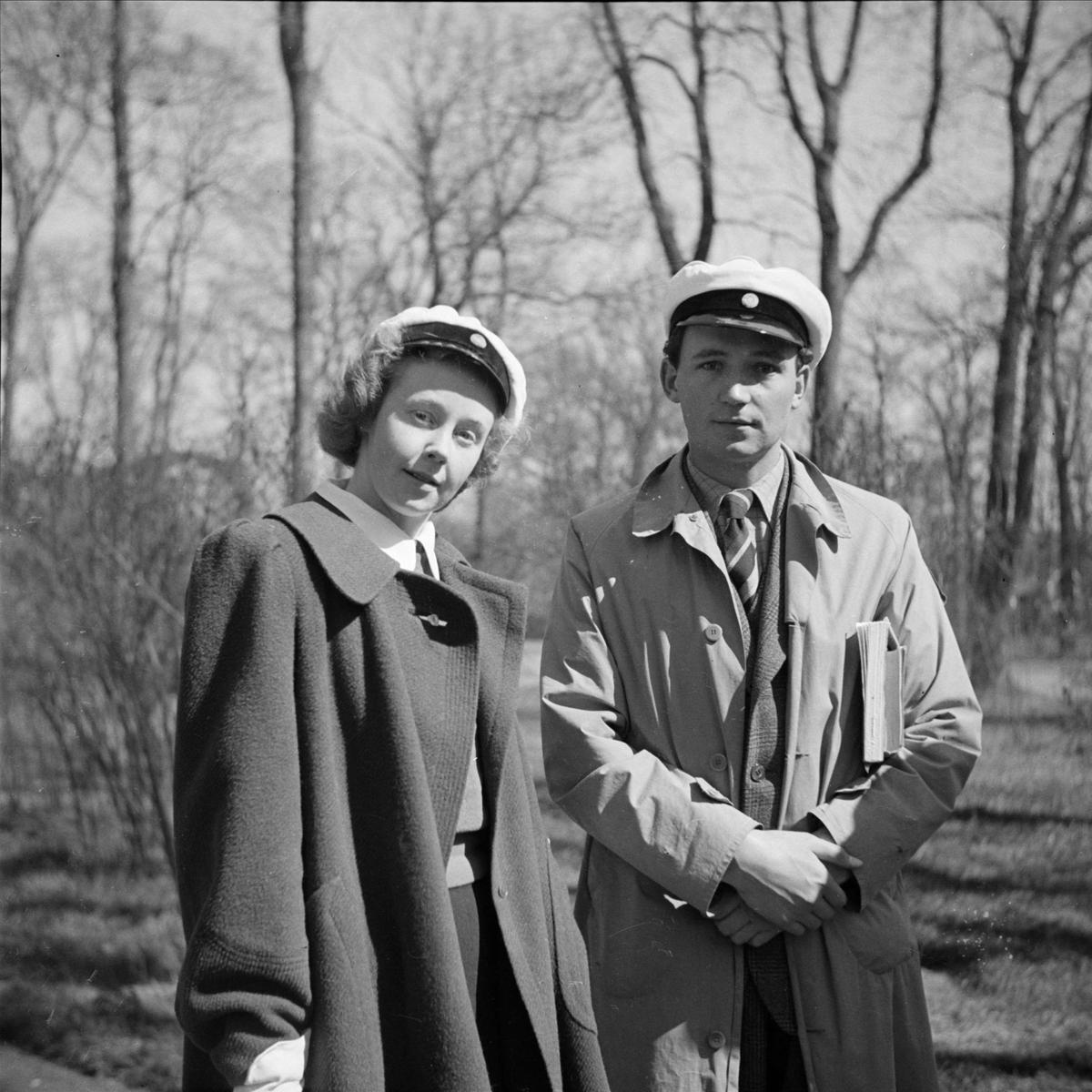 Kvinna och man i Botaniska trädgården i Uppsala i april 1939