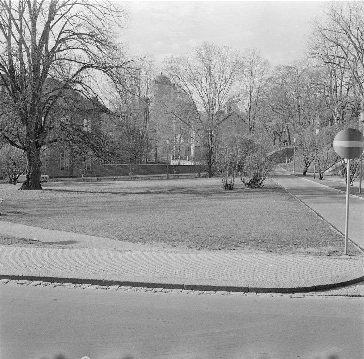 """""""Riddartorget mot Universitetet"""" - vy från Biskopsgatan mot kvarteret S:t Erik, stadsdelen Fjärdingen, Uppsala"""
