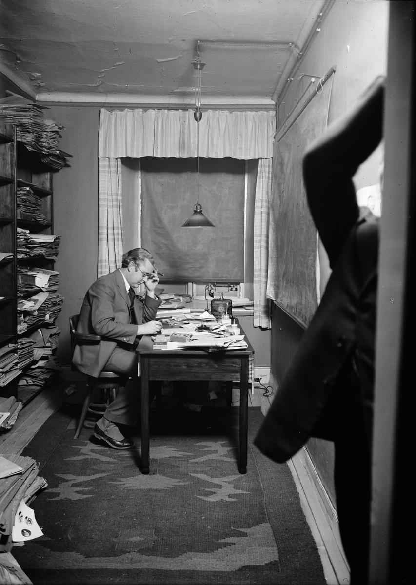 Helge Gad i Upsala Nya Tidnings lokaler i Oxenstiernska huset vid Riddartorget, Uppsala 1920-tal
