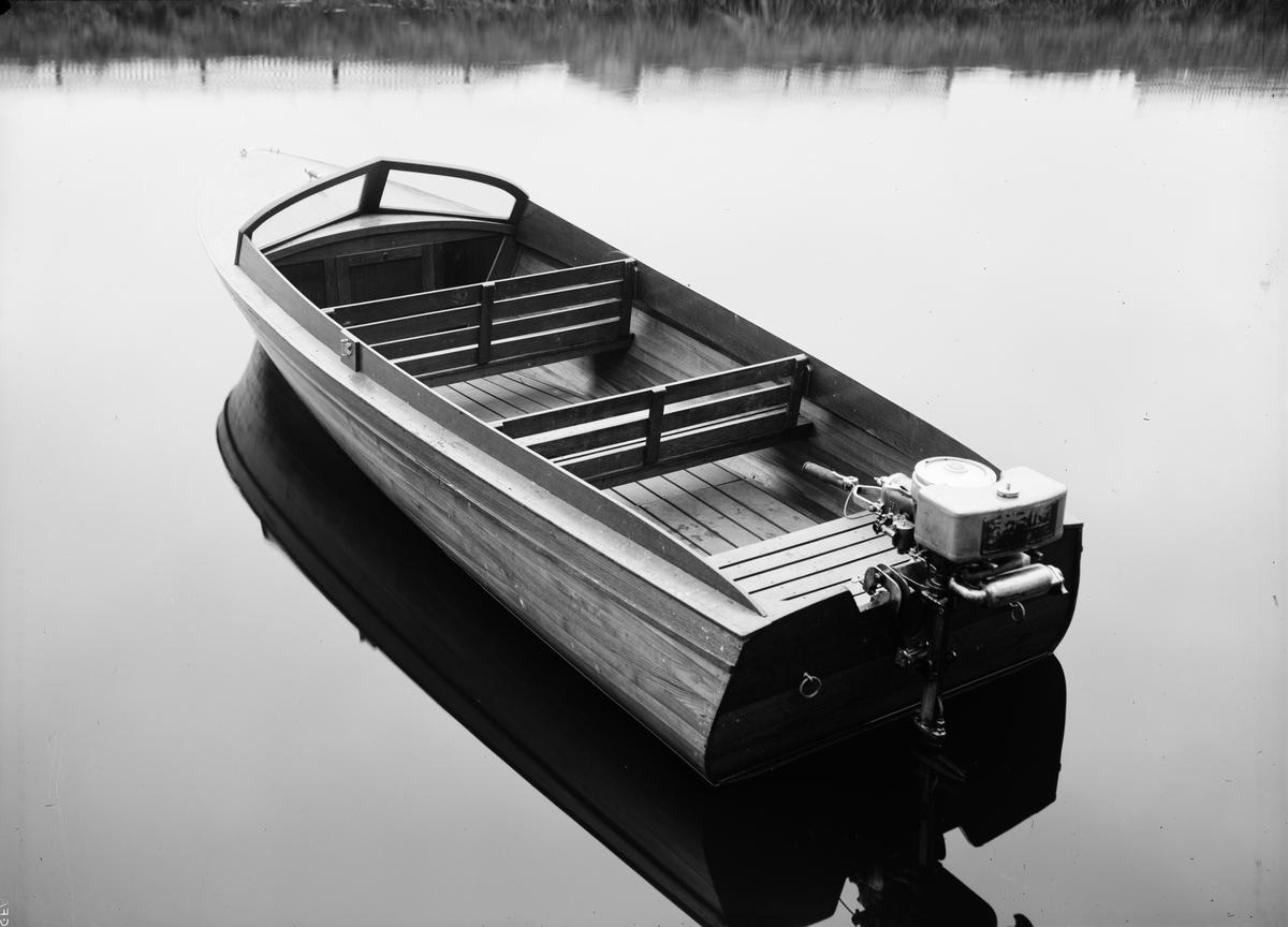 Motorbåt, sannolikt på Fyrisån, Uppsala, 1934