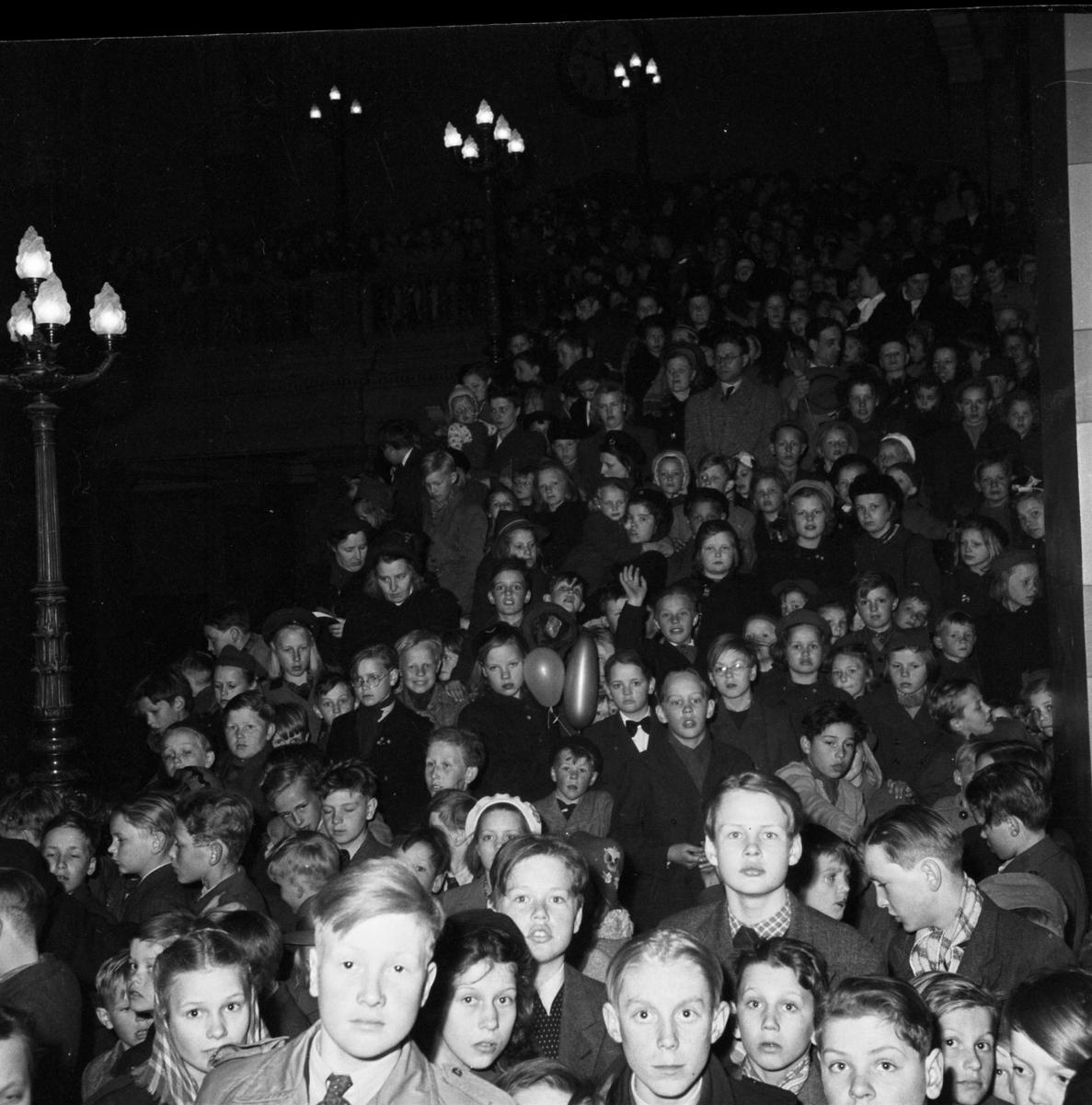 """""""Från barnkalaset i universitetets förhall"""", Barnens Dag-firande, Uppsala 1 maj 1947"""