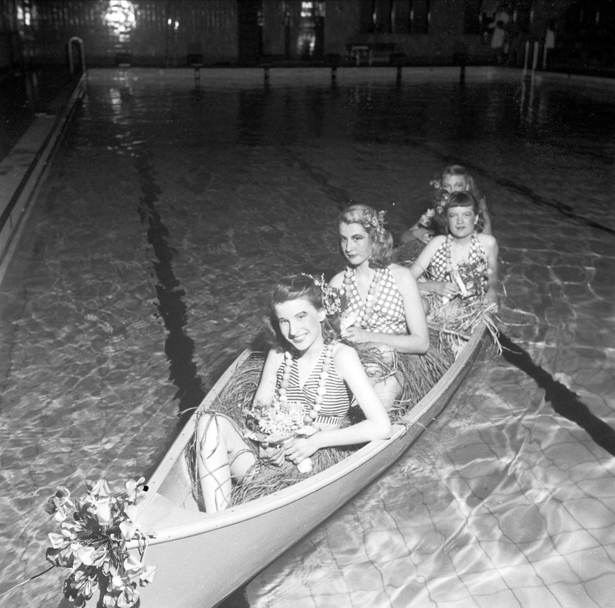 Utklädda elever i kanot, Magdeburg, gymnasium för flickor, Uppsala 1948