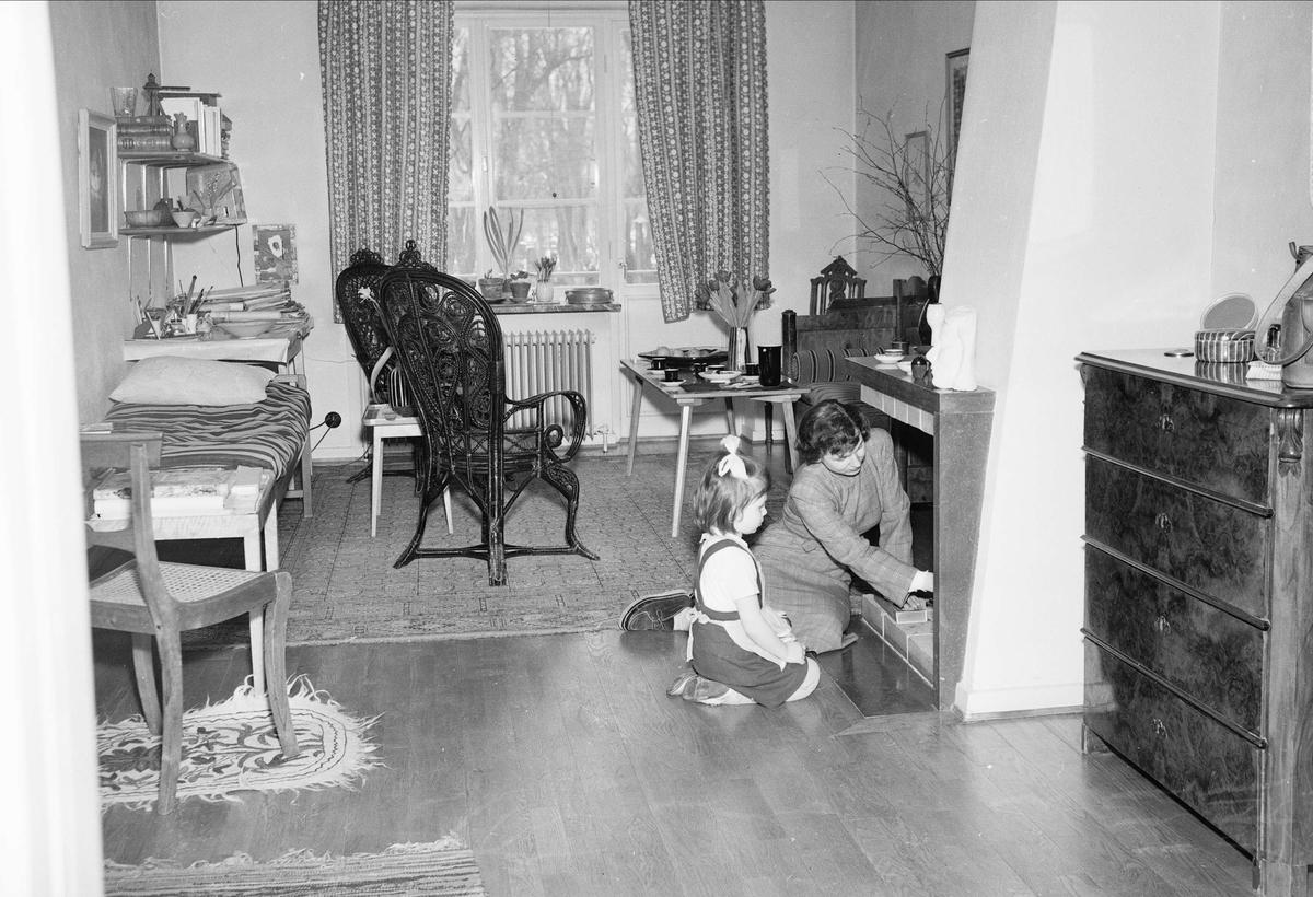 Konstnärinnan Ingrid Atterberg i hemmet, Uppsala, januari 1951