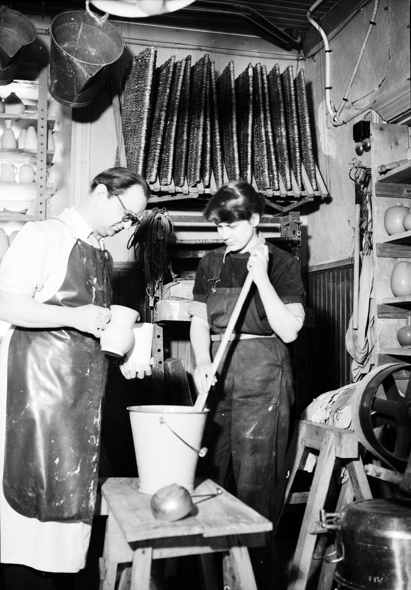 """""""Hos Trillers i Tobo råder arbetets ära"""", keramikern Erich Triller och eleven Ulla Årre blandar glasyr, Tobo bruk, Tegelsmora socken, Uppland 1952"""