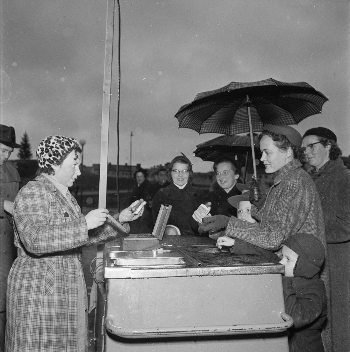 Korvförsäljning på Brantingstorget, Sala backe, Uppsala 1954