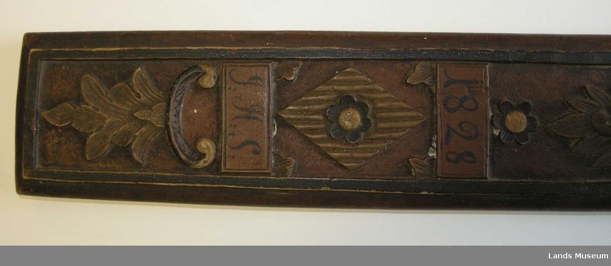 Mangletreet har et stort innfelt håndtak, som er formet som en hest. Hestens lengde er 25,5 cm, høyde (kun hesten) 10,5 cm og bredde bak er 3,4 cm. Ornamentert med enkel bladrankeornamentikk (akantus), en snipp med en rosett inni. Det ornamenterte fellet er innrammet av en forhøyet kant og dekorasjonsfeltene er atskilt av bemalte felter (årstall og initialer)
