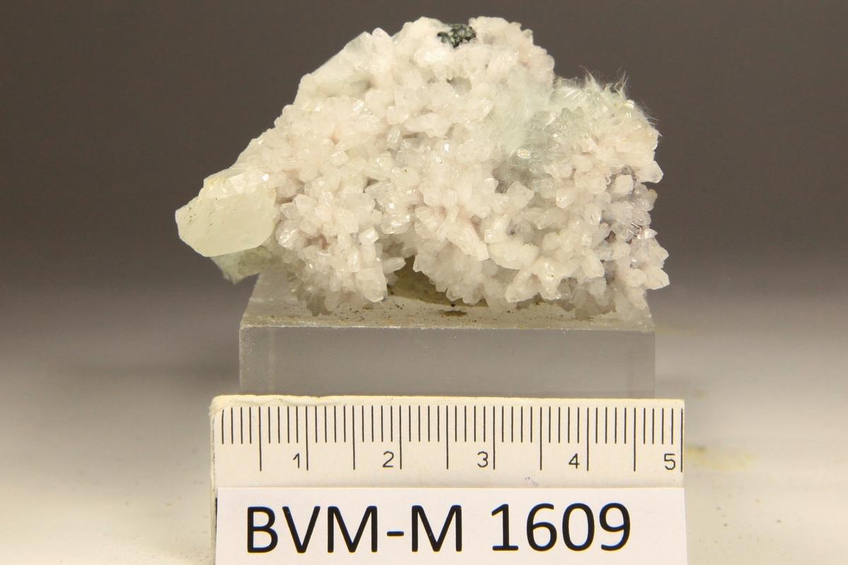 Asbest. PÅ HVITE ALBITTKRYSTALLER.
